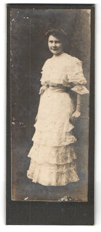 Fotografie Fotograf unbekannt, Ort unbekannt, junge Dame in sommerlichen Rüschenkleid