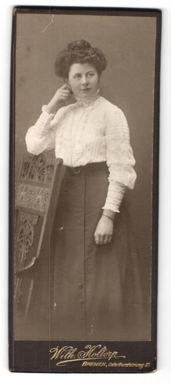 Fotografie Wilh. Holtorp, Bremen, Frau mit Rüschenbluse und aufgestützten Arm