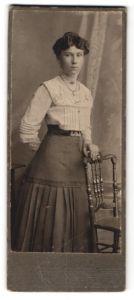 Fotografie Carl Wolf, Harburg, junge Dame in Rock und Rüschenbluse