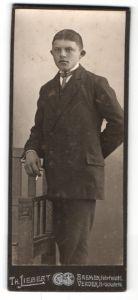 Fotografie Th. Liebert, Bremen, junger Mann mit abstehenden Ohren und Zweireiher