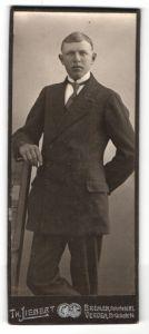 Fotografie Th. Liebert, Bremen, junger Mann mit Krawatte und in Zweireiher