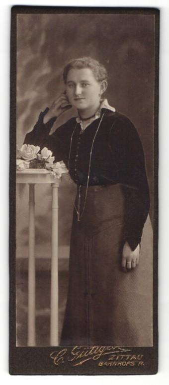 Fotografie C. Güttges, Zittau, junge Dame in Rock und Bluse mit langer Kette