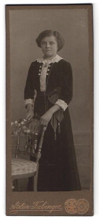 Fotografie Albert Fabinger, Werdau, junge elegante Dame mit Rüschenbluse und Schleife um Taille