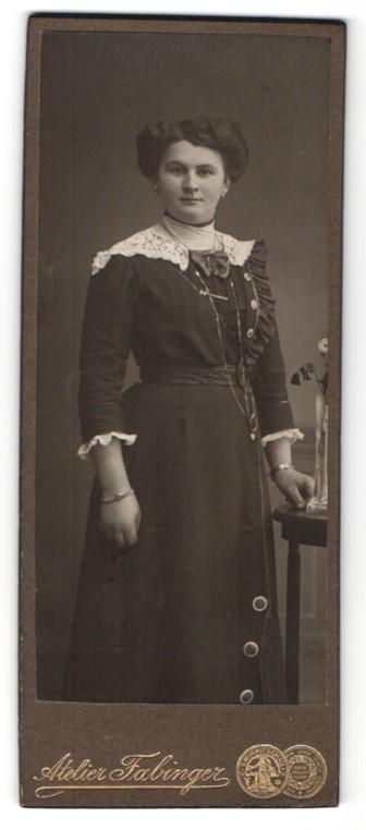 Fotografie Atelier Fabinger, Werdau, elegante Dame mit Knopfapplikationen und Spitzenpartie an Schulter