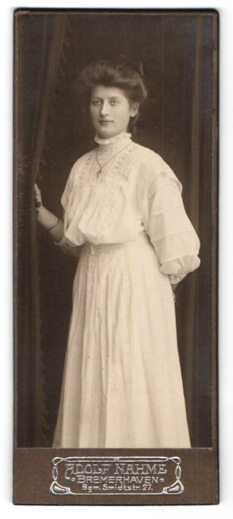 Fotografie Adolf Nahme, Bremerhaven, junges Mädchen aufwendig besticktem Sommerkleid