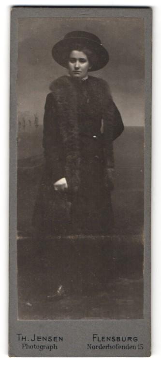 Fotografie Th. Jensen, Flensburg, elegante Dame mit breitkrempigen Hut und Pelzstola