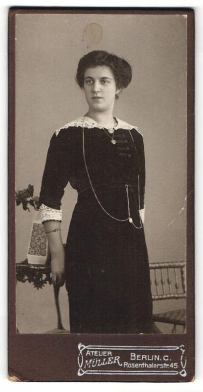 Fotografie Atelier Müller, Berlin, elegante Dame mit mehreren Halskette und Spitzenkragen