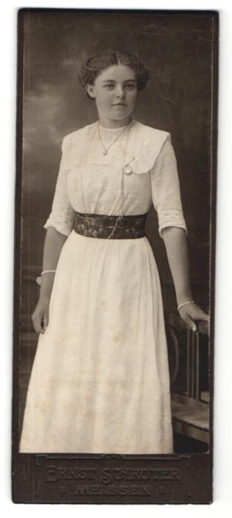 Fotografie Ernst Schröter, Meissen, junge elegante Dame mit gemusterten Taillenband und langer Halskette