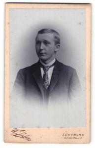 Fotografie W. Safse, Lüneburg, junger Mann mit gemusterter Krawatte
