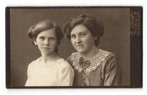 Fotografie F. Pfeiffer, Minden i. W., zwei junge Damen in bestickter Bluse