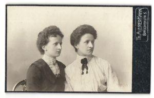 Fotografie Th. Alfred Hahn, Chemnitz, zwei junge Damen in festlicher Kleidung
