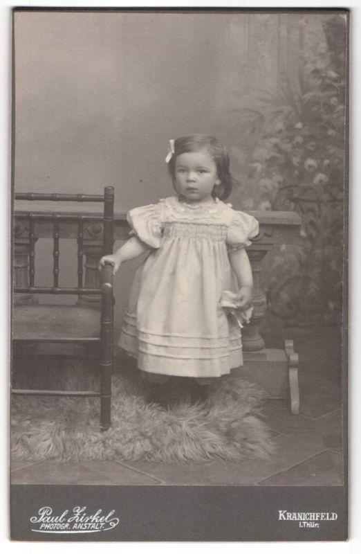 Fotografie Paul Zirkel, Kranichfeld i/Thür., Portrait kleines Mädchen in Kleid