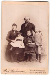 Fotografie Wilh. Biedermann, Berlin-Spandau, Portrait Familie mit drei Kindern
