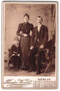 Fotografie Theodor Wenzel, Berlin, Portrait junge Familie in feierlicher Kleidung