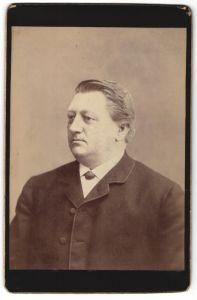 Fotografie unbekannter Fotograf und Ort, Portrait Herr mit zurückgekämmtem Haar