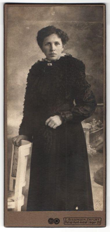 Fotografie E. Bissinger, Erfurt, Portrait Dame in schwarzer Kleidung