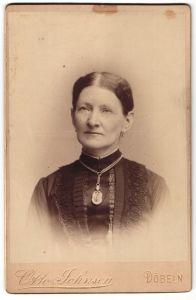 Fotografie Otto Johnsen, Döbeln, Portrait Dame mit zusammengebundenem Haar