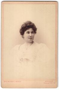 Fotografie Otto Becker & Maass, Berlin-W, Portrait Dame mit zusammengebundenem Haar