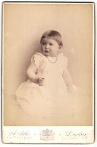 Fotografie A. Adler, Dresden, Portrait Kleinkind in weissem Kleidchen