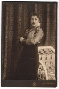 Fotografie Otto Hertel, Freiberg i/S, Portrait bürgerliche junge Dame mit Zwicker