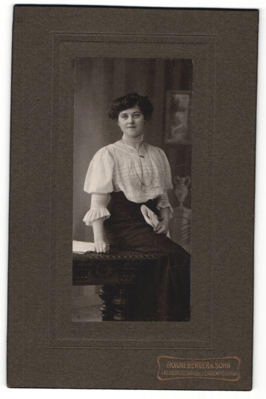 Fotografie Ronneberger & Sohn, Falkenstein & Lengenfeld i/Vogtl., Portrait junge Dame mit Hochsteckfrisur