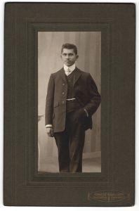 Fotografie Ronneberger & Sohn, Falkenstein & Lengenfeld i/Vogtl., Portrait junger Herr in Anzug