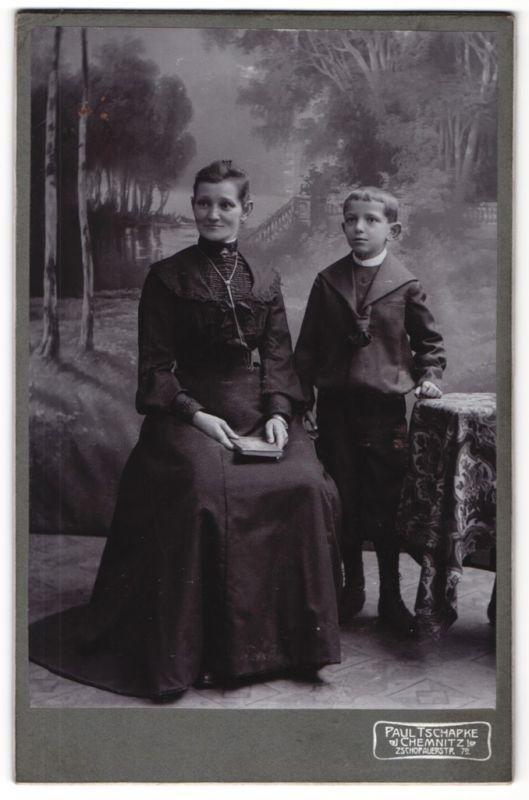 Fotografie Paul Tschapke, Chemnitz, Portrait Mutter und Sohn in Studiokulisse