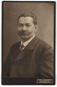Fotografie Herm. Lindenberg, Dresden-N, Portrait Herr mit Schnauzbart in Anzug