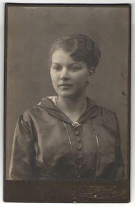 Fotografie Fr. Brüggemann, Leipzig-Neust., Portrait junge Dame mit zusammengebundenem Haar