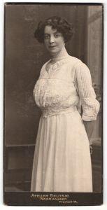 Fotografie Atelier Belitski, Nordhausen, Portrait junge Dame in weissem Kleid