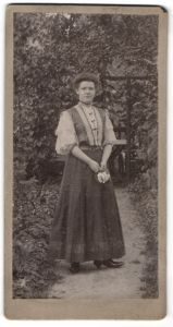 Fotografie Fritz Jahn, Berlin, Portrait junge Dame in Garten