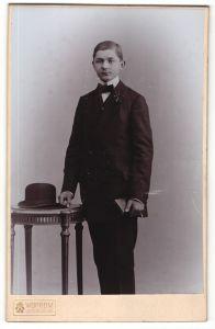 Fotografie Wertheim, Berlin, Portrait Knabe in feierlichem Anzug mit Melone