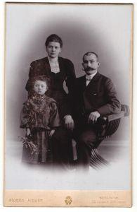 Fotografie Globus Atelier, Berlin-W, Portrait junge Familie in feierlicher Kleidung
