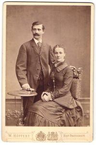 Fotografie W. Höffert, Dresden, Portrait bürgerliches junges Paar