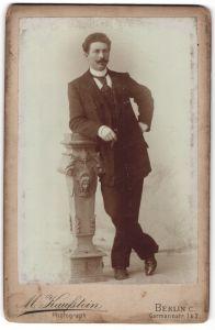 Fotografie M. Kaufstein, Berlin C., Eleganter Herr lehnt salopp an einer Konsole