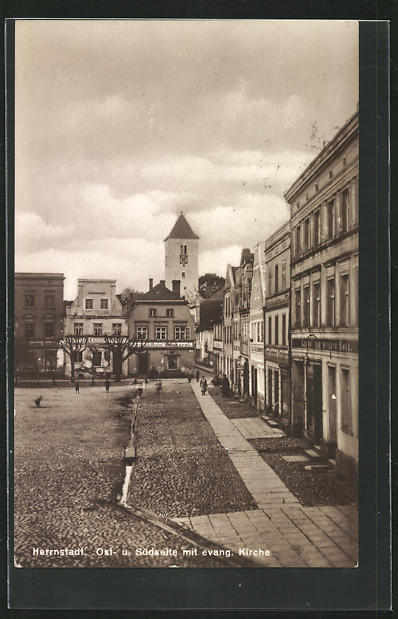 AK Herrnstadt, Ost- und Südseite vom Markt mit evang. Kirche