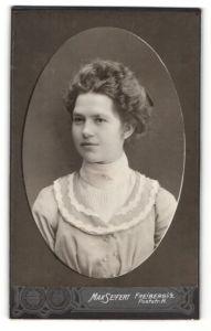 Fotografie Max Seifert, Freiberg i / S., Portrait junge hübsche Dame im zeitgenössischen Kleid