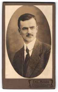 Fotografie Emil Maas, Schneeberg, Schwarzenberg i / Sa., Portrait charmanter Herr mit Schnurrbart u. Krawatte im Anzug