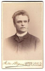 Fotografie Müller & Pilgram, Leipzig, Halle a / S., Portrait charmanter Herr mit Krawatte in zeitgenössischer Kleidung