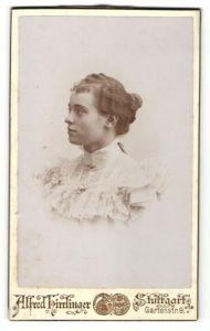 Fotografie Alfred Hirrlinger, Stuttgart, Portrait junge hübsche Dame mit zurückgebundenem Haarim Spitzenkleid