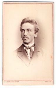 Fotografie J. C. Schaarwächter, Berlin, Portrait charmanter Herr mit Oberlippenbart u. zeitgenöss. Frisur im Anzug