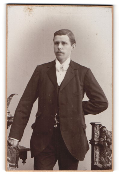 Fotografie C. Burau, Dessau, Bürgerlicher in elegantem Anzug
