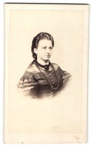 Fotografie A. Herbst, Pyrmont, Portrait Dame in eleganter Garderobe