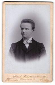 Fotografie Erich Scheithauer, Chemnitz, Zwickau i / S., Wilkau, Portrait junger Herr mit Fliege im Anzug