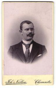 Fotografie Joh. Niclou, Chemnitz, Portrait bürgerlicher Herr mit Zwirbelbart u. Zwicker im Anzug