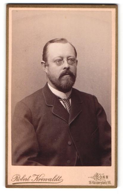 Fotografie Robert Krenvaldt, Bonn, Herr mit Brille und Anzug mit Krawatte