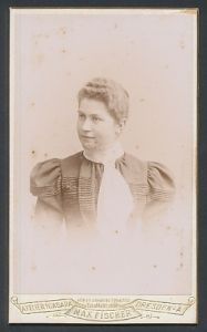 Fotografie Max Fischer, Dresden-A, Portrait junge Dame mit zusammengebundenem Haar