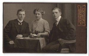 Fotografie W. Zink & Sohn, Gotha, Portrait zwei junger Männer und Fräulein in feierlicher Garderobe