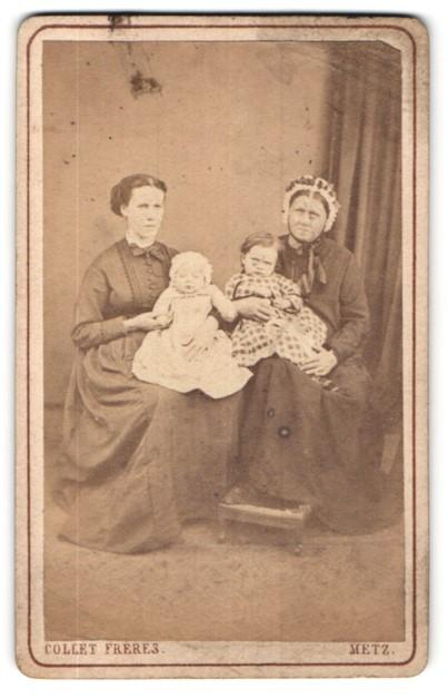 Fotografie Collet Frêres, Metz, Portrait, Grossmutter, Mutter, Kinder, drei Generationen