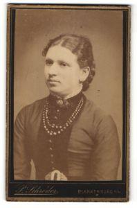 Fotografie P. Schröder, Blankenburg a/H, Portrait junge Frau in feierlicher Garderobe